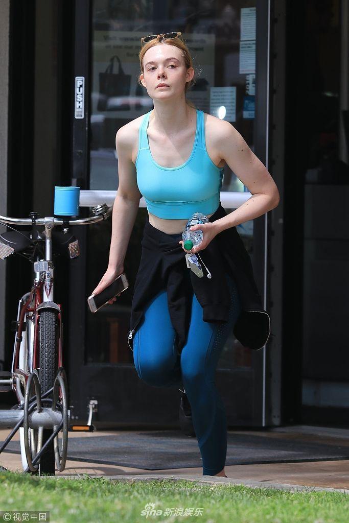"""艾丽·范宁穿天蓝色运动装气质清新 保持健身变""""运动女神"""""""