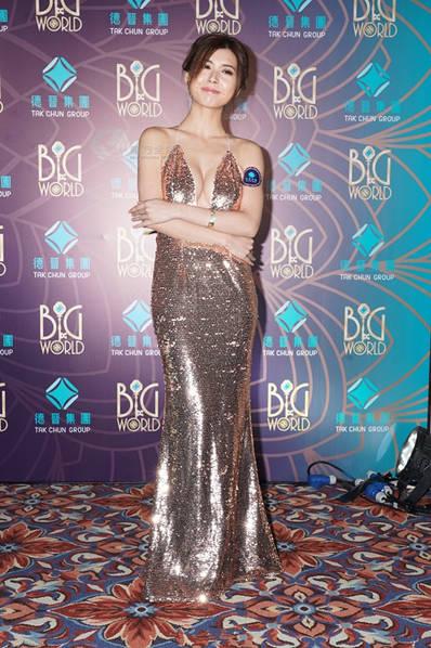 近日,香港女艺人张秀文受邀赴澳门为某活动担任司仪,一袭金色低胸装亮相的她展露魔鬼身材,成功跃升全场焦点。
