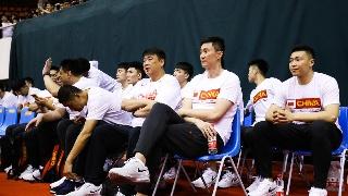 高清:男篮红队战澳洲联队 蓝队将帅场边观战