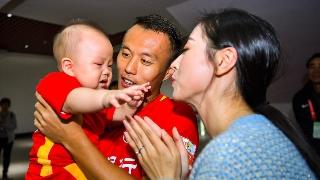 高清:范晓冬怀抱爱子站C位 宝贝哭了妈咪抱抱