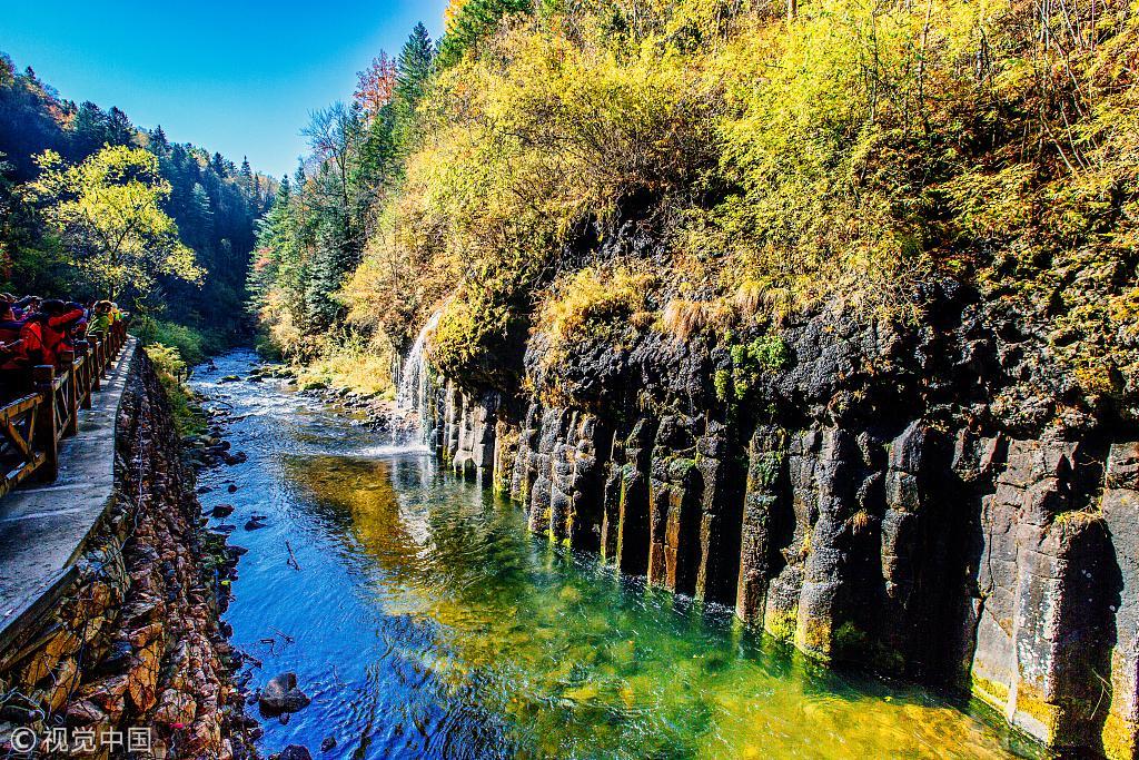 吉林长白山十五道沟景区风景迷人,透露着浓浓的秋色.