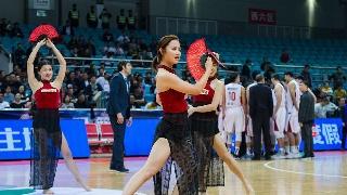 高清:篮球宝贝热舞助阵 红衣长裙大秀性感