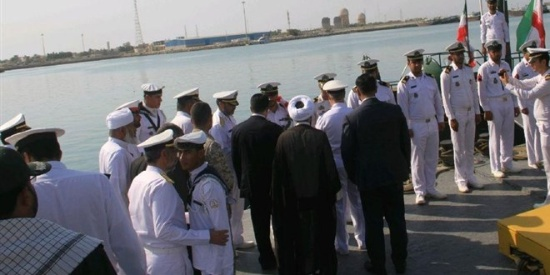伊朗最新潜艇服役 尺寸短小绿色涂装