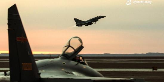 空军异型机展开对抗演练 歼10C与歼16现身