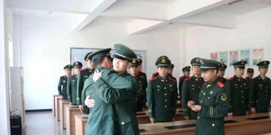 """军旅""""毕业季"""":浙江温州武警退伍老兵泪别军营"""