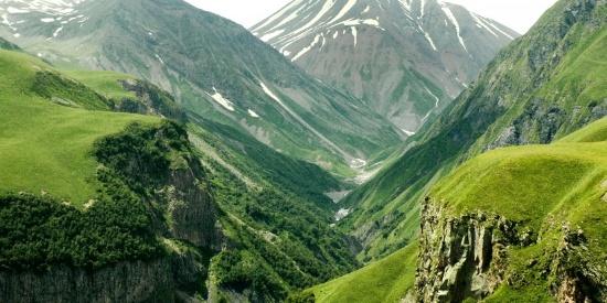 绵延不断雄伟的高山自然风景图片
