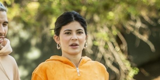 凯莉与神秘男子外出?橘色运动服更拉风!