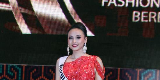 印尼举办文化和民族服装展 模特T台走秀特殊造型吸晴
