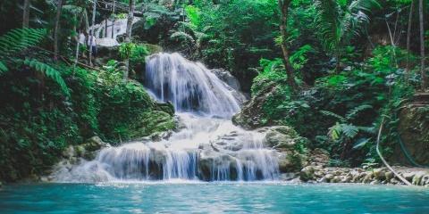 清澈湛蓝的溪水风景摄影图片