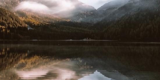 山峰倒影图片