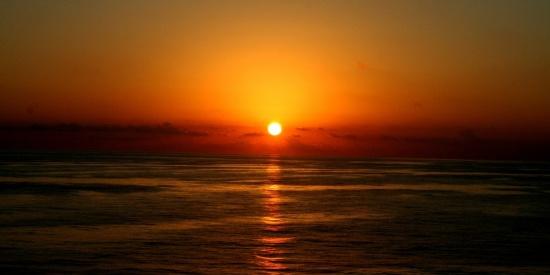 阳光洒在水面上的图片