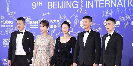 谭卓亮相北京电影节 美若黑天鹅