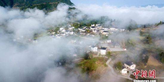 空中俯瞰云遮雾绕的乡村 梦幻山村图