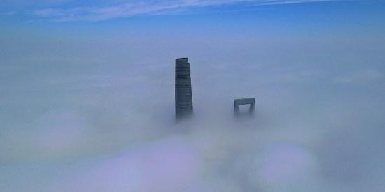 """航拍雾中上海 上海中心似云中""""竹笋"""""""