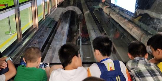 广州首条无人驾驶地铁APM线惹游人驻足围观