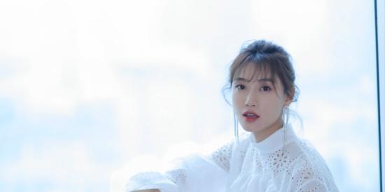 李斯羽白裙亮相仙气十足 助力国货传播中国制造