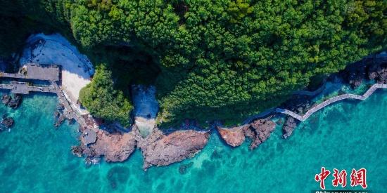 美不胜收 中国最年轻火山岛碧如翡翠