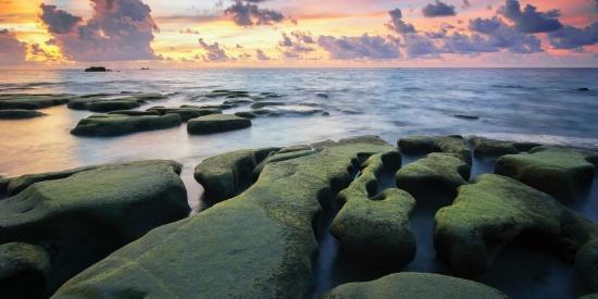 海滩上的岩石图片