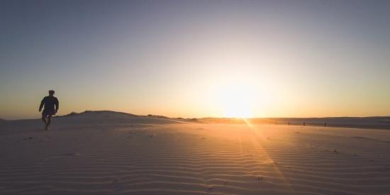 沙漠中的人图片