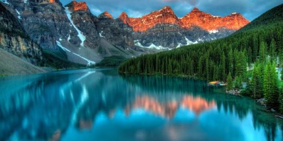 湖泊中的自然风景倒影图片
