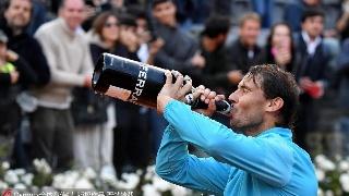 纳达尔夺冠豪饮香槟 童心未泯轻咬奖杯