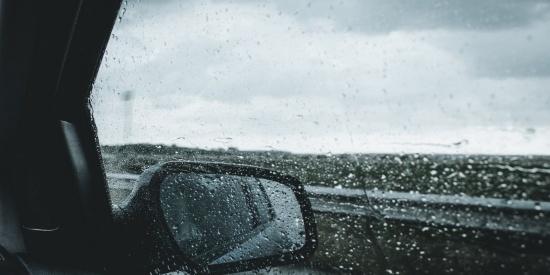 汽车后视镜里的风景图片
