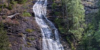 山涧中的瀑布图片