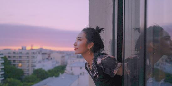 王紫璇巴黎时尚大片 丸子头映衬天鹅颈气质清冷