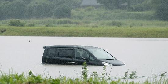 """日本超强暴雨86万人避难 引发山体滑坡车辆""""泡汤"""""""