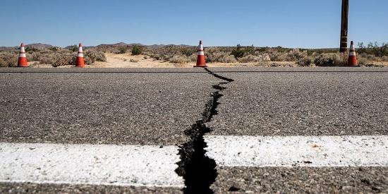 美国加州南部发生6.4级地震 道路出现裂缝触目惊心