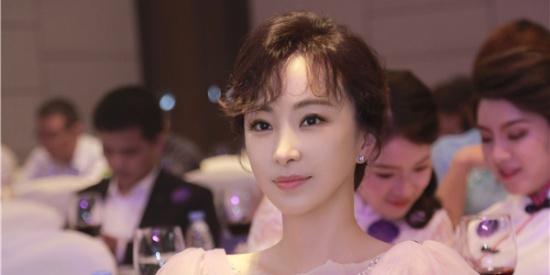 林静出席晚宴 裙装造型完美吸睛