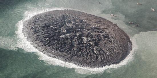"""巴基斯坦海湾六年前强震后""""诞生""""神秘小岛 如今""""婴儿岛""""正在消失"""