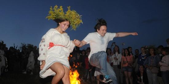 乌克兰民众燃篝火戴花环庆祝夏天到来