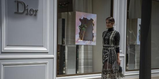 巴黎街头时尚街拍,女孩为何都喜欢DIOR?