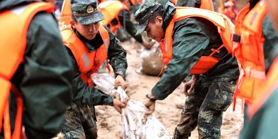 广西暴雨致河堤冲毁 武警昼夜加固百米堤坝