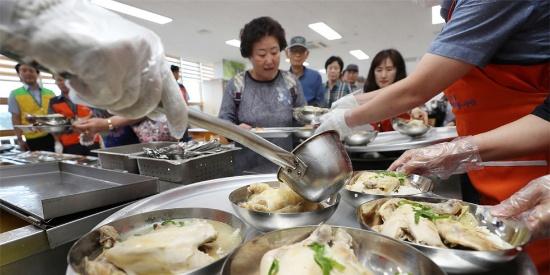 入伏啦!韩国民众排长队喝参鸡汤进补(高清组图)