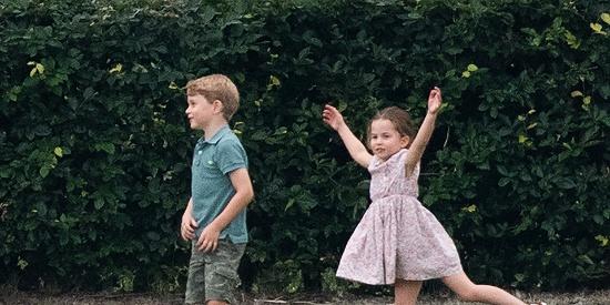 放飞自我 英国夏洛特小公主与哥哥兴奋玩耍