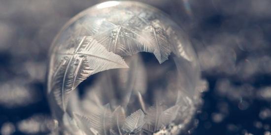 冰冻结成的球图片