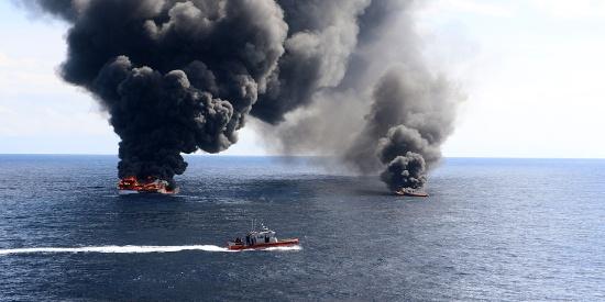 """美版""""破冰行动"""" 美国海岸警卫队员跳上毒贩潜艇 缴获7.7吨毒品"""