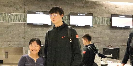 中国男篮启程回国 王哲林周琦获球迷热捧