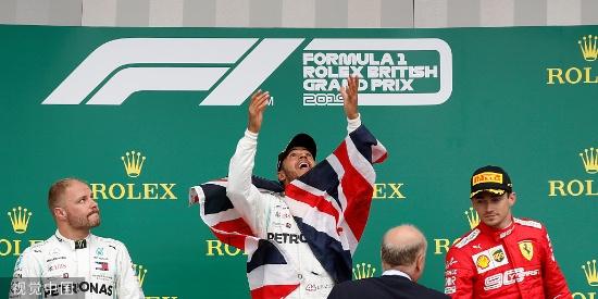 王者!汉密尔顿夺冠高举英国国旗 被众人抬起