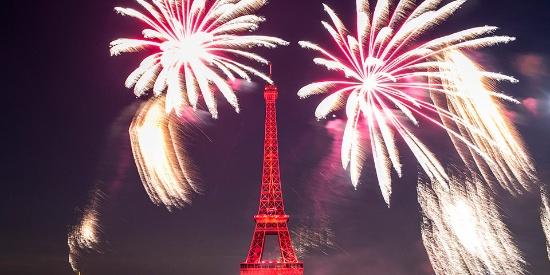 璀璨烟花点亮埃菲尔铁塔 庆祝法国国庆日