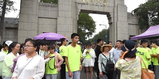 清华大学迎来暑假参观高峰 校园内游人如织