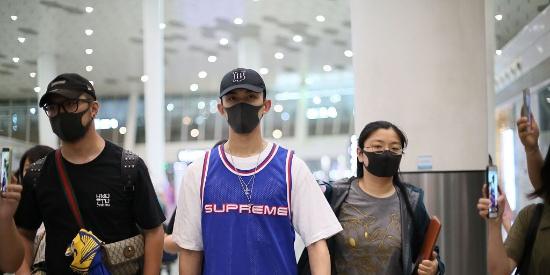 吴磊穿白T外搭篮球背心 深夜抵达机场人气高