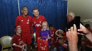 利物浦全队为小球迷签名 亲密合影