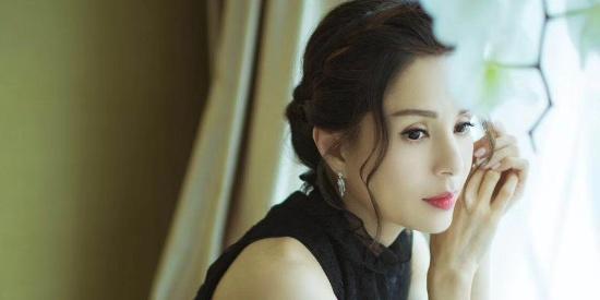 李若彤穿黑色连衣裙妆容精致 气质优雅迷人