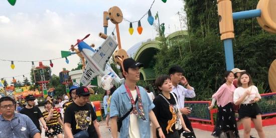 肖战汪卓成同游迪士尼 带超萌卡通头箍