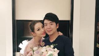 郎朗为娇妻庆25岁生日 甜蜜拥抱送玫瑰