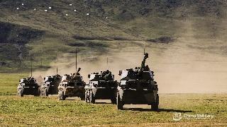 解放军高海拔训练 突击车卡车炮开火