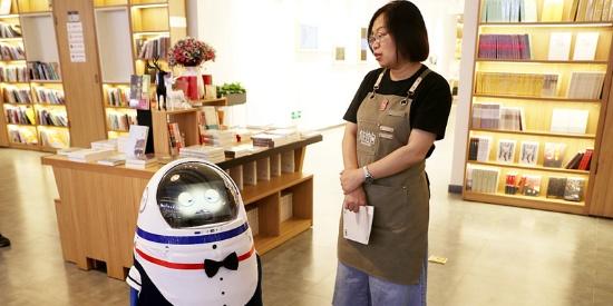 """乌鲁木齐:多款智能机器人亮相""""有书空间"""""""